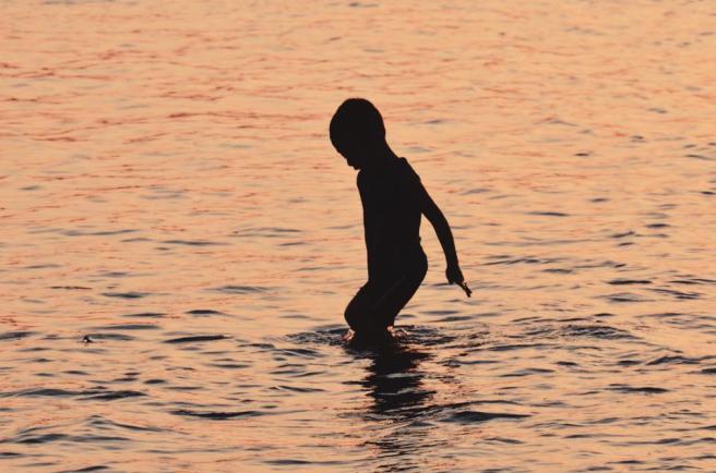 sombra de niño en el agua